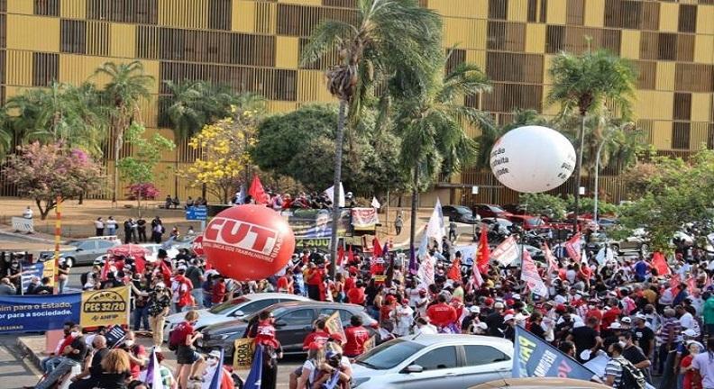Ato em Brasília pressiona deputados para barrarem a reforma Administrativa