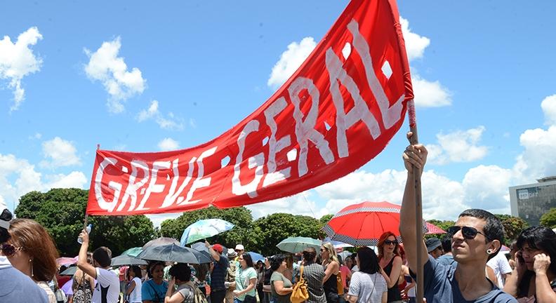 Contra reforma administrativa, servidores federais se reúnem e mobilizam greve