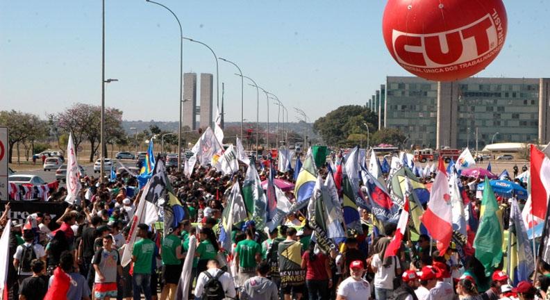 Contra reforma, estudantes e trabalhadores marcham em Brasília