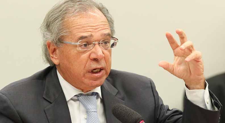 Crítico de gastos com servidores, Guedes recebe R$ 8,2 mil por mês com auxílios
