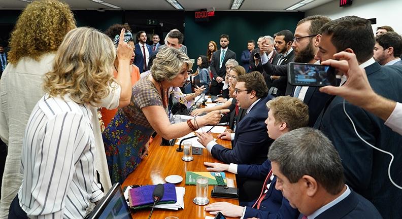 Oposição avança e relator pede tempo para complementar relatório