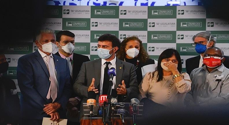 Oposição entrega abaixo-assinado de 128 mil assinaturas contra PEC 32