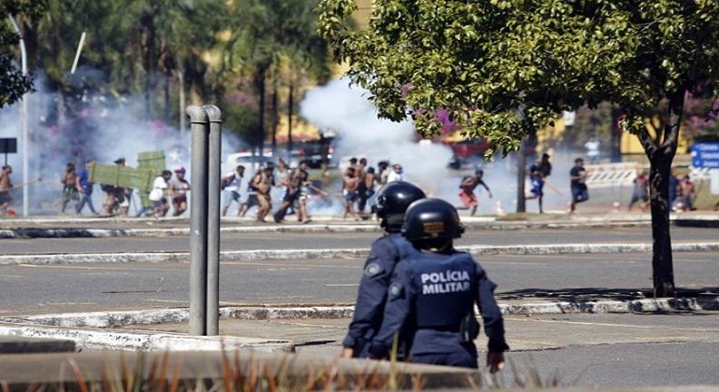 Polícia ataca indígenas em manifestação pacífica contra projeto de demarcação