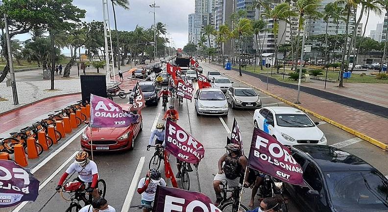 População de diversos estados brasileiros pede o #ForaBolsonaro
