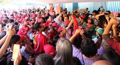 Banidos da 'casa do povo', servidores protestam em frente à Câmara