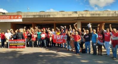Centrais sindicais realizam ato no Recife