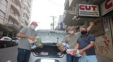 CUT-RS e sindicatos distribuem mais 80 cestas básicas para famílias vulneráveis