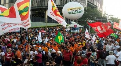 Marcha no centro do Rio reúne milhares e leva esperança à greve dos petroleiros