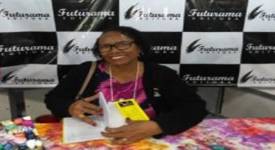 Servidora aposentada lança livro de poesias na Bienal de São Paulo