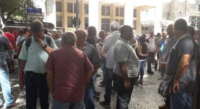 Servidores protestam contra manobra que atrasa pagamento de indenização campo