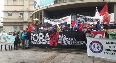 Servidores protestam contra a PEC 32 em frente ao HPS, em Porto Alegre