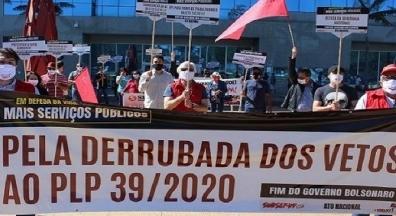 Servidores públicos fazem ato pela derrubada dos vetos de Bolsonaro ao PLP 39