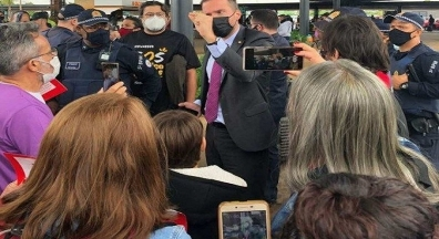 Vídeo: deputado do Novo bate-boca com manifestantes contra PEC 32 em aeroporto