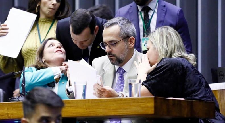 Weintraub foge do bloqueio orçamentário, mas deputados cobram explicações